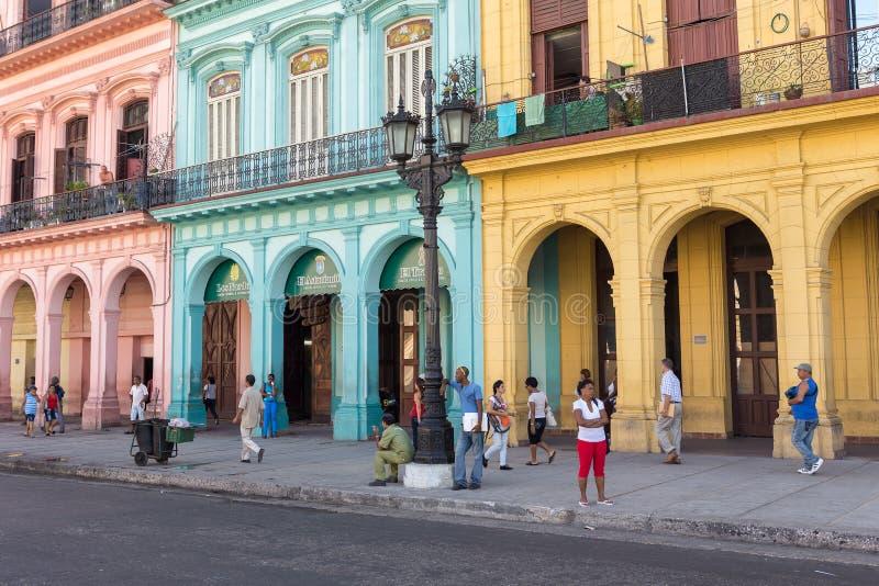 Les gens dans une rue colorée à La Havane, Cuba photographie stock libre de droits