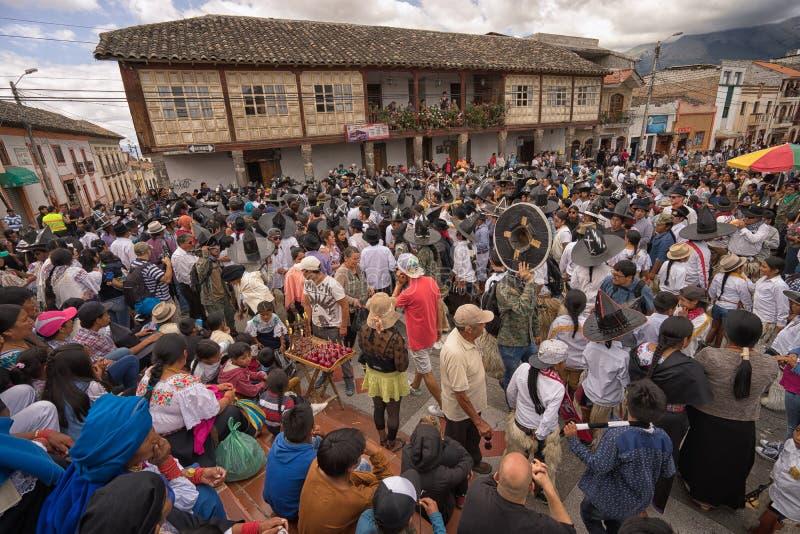 Les gens dansant dans la plaza principale de la ville dans Cotacachi Ecuado images libres de droits
