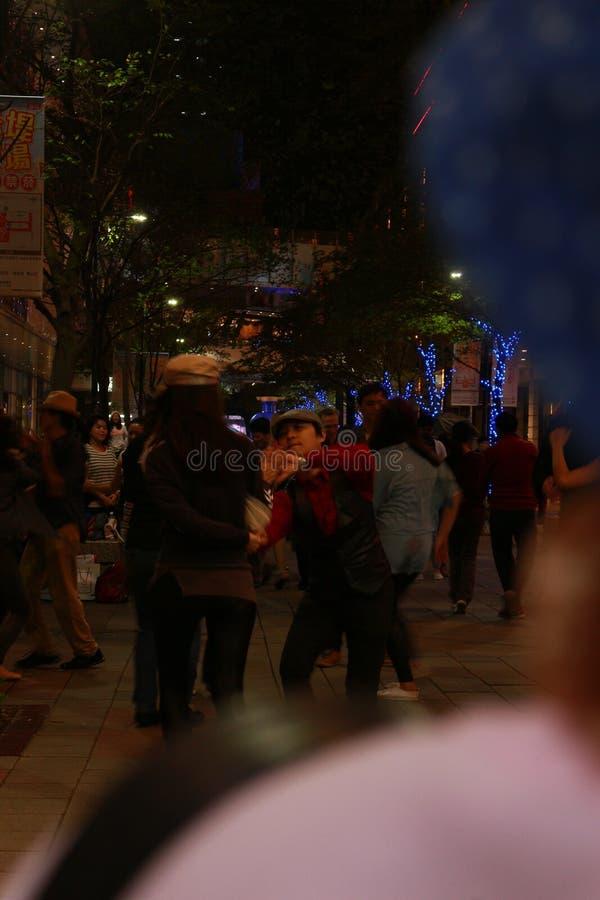 Les gens dansant dans la rue images stock