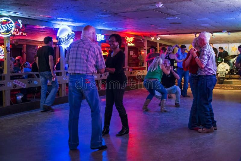 Les gens dansant dans la salle de danse cassée de rai dans Austin, le Texas images libres de droits