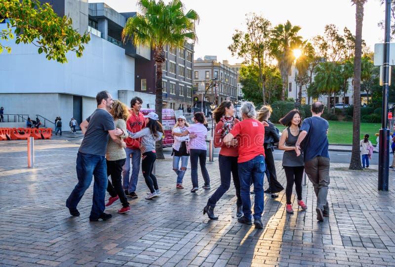 Les gens dansent dans la rue à Sydney images libres de droits