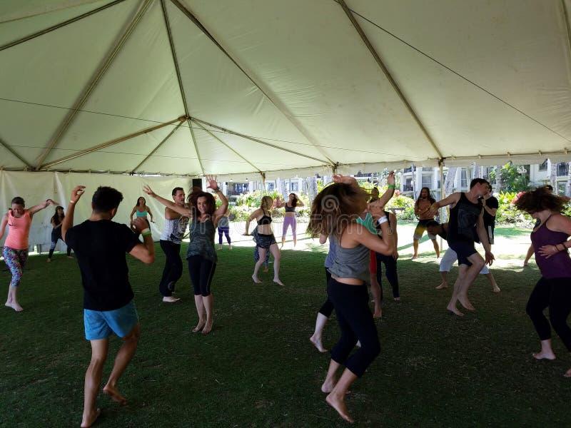Les gens dansent extérieur sous une tente pendant la méditation enthousiaste Dan images libres de droits
