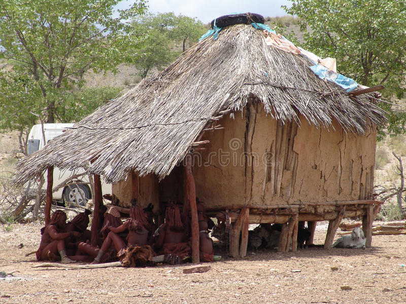 Les gens de Himba s'approchent du taudis photos stock