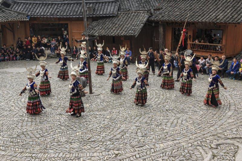 Les gens de la minorité ethnique de Miao exécutant une danse traditionnelle en village de Langde Miao Nationality, province de Gu images stock