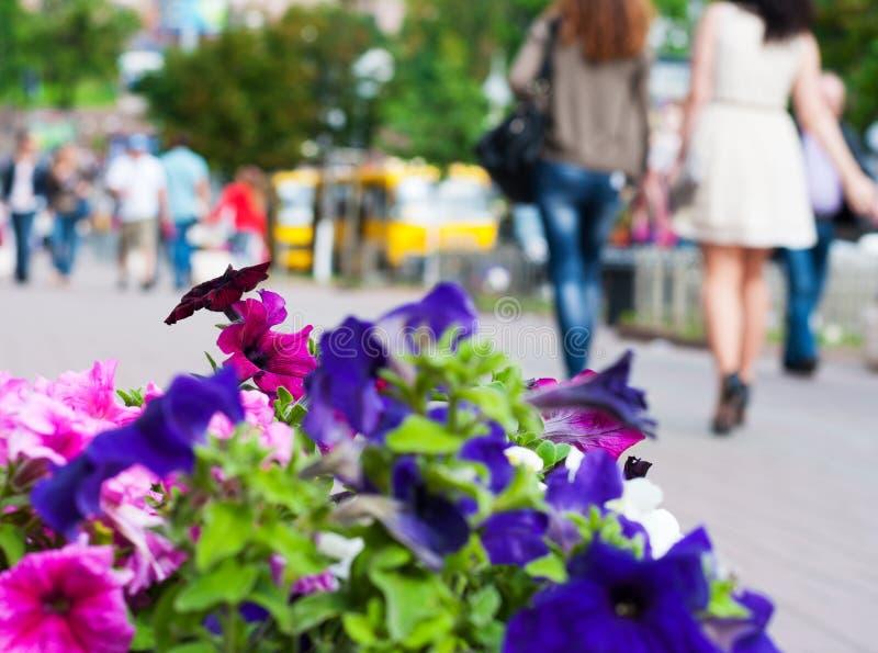 Les gens descendant la rue. photographie stock libre de droits