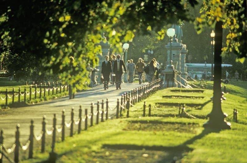 Les gens descendant un trottoir, Boston, le Massachusetts photo libre de droits