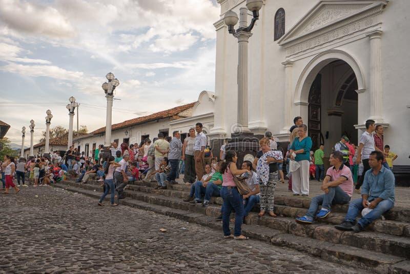 Les gens devant l'église dans Giron Colombie photos libres de droits
