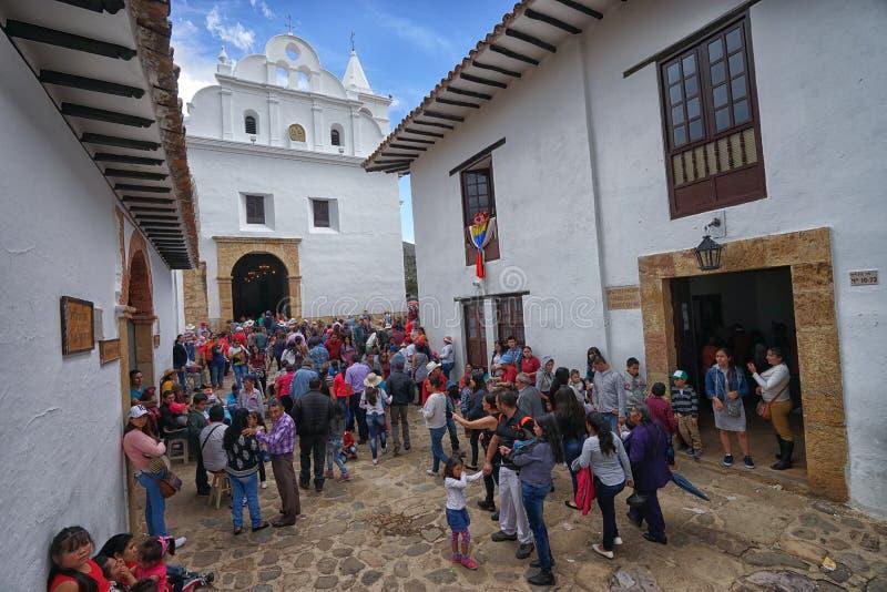 Les gens devant l'église en Villa de Leyva Colombie photo stock