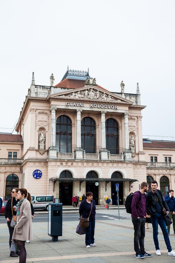 Les gens devant le kolodvor de Glavni la gare ferroviaire principale à Zagreb image libre de droits
