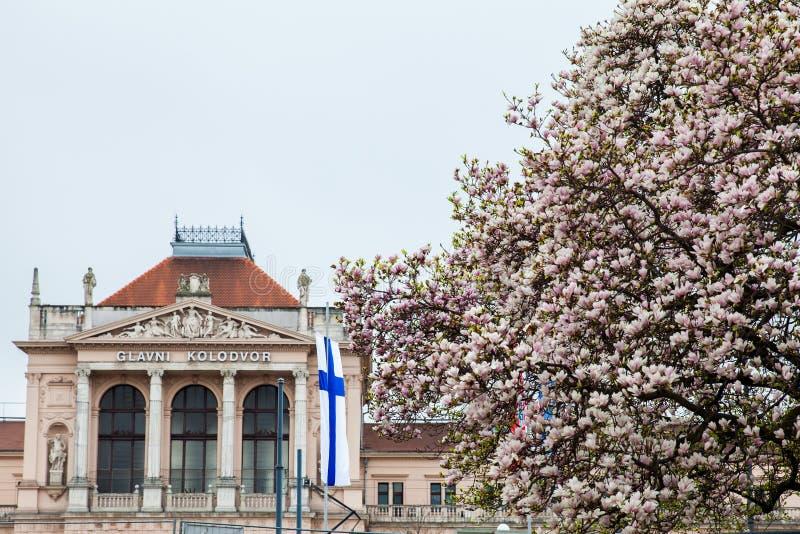 Les gens devant le kolodvor de Glavni la gare ferroviaire principale ? Zagreb photographie stock libre de droits