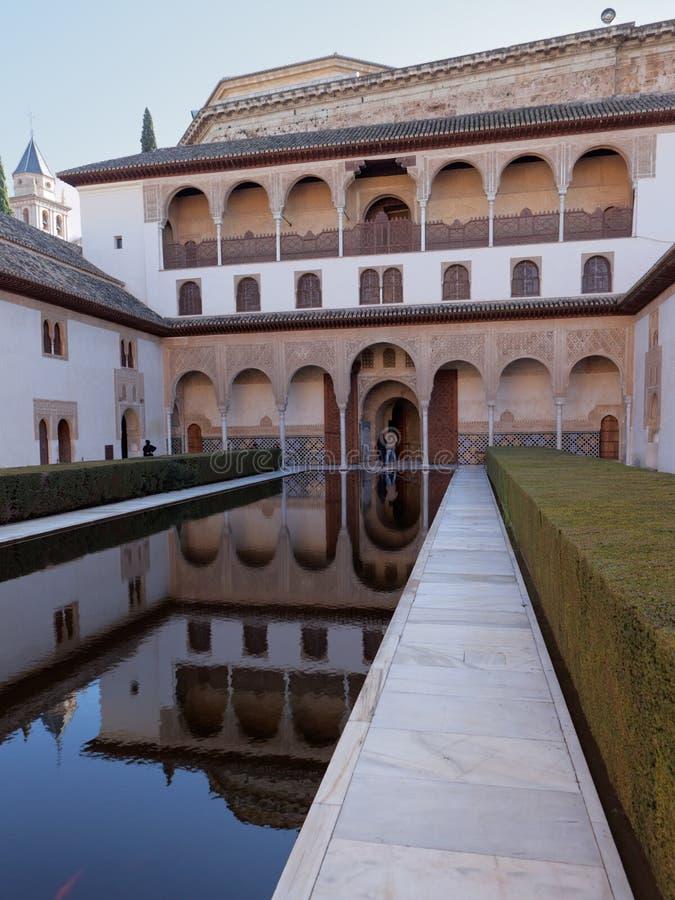 Les gens devant le tribunal des myrtes, Alhambra, Grenade, Espagne photographie stock