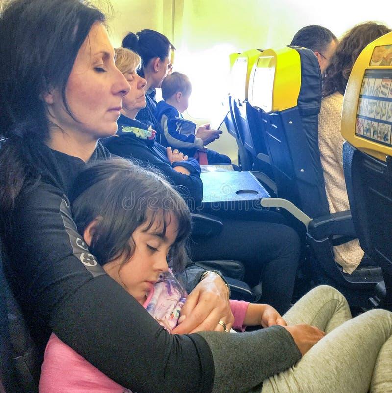 Les gens dormant sur un avion images stock