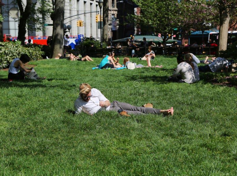 Les gens du pays et les touristes ont serré le parc d'Union Square à New York images stock