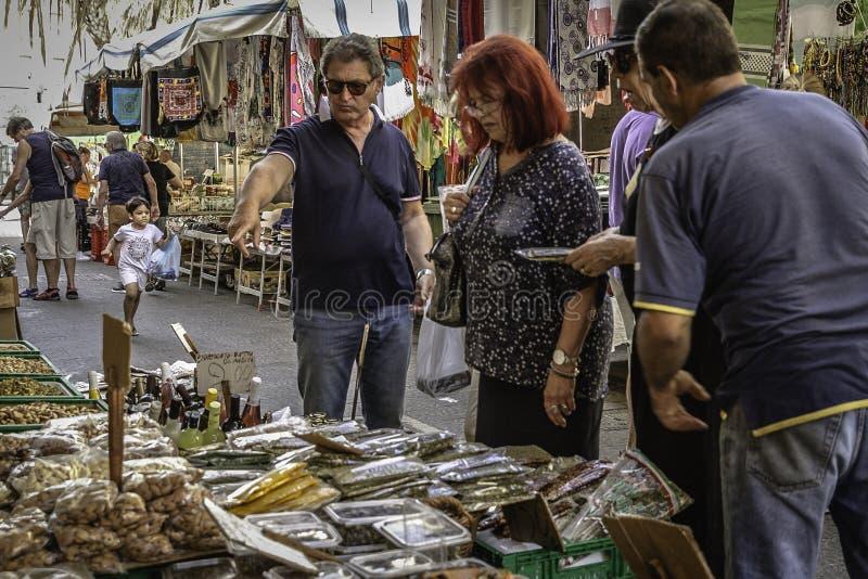 Les gens du pays regardant produisent à un marché occupé d'agriculteurs le vieux secteur historique du centre d'Ortigia, Sicile photographie stock libre de droits