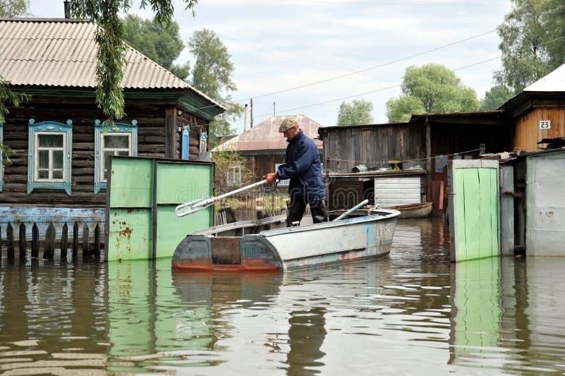 Les gens du pays se déplacent autour des rues en bateau Le fleuve Ob, qui est sorti des banques, a inondé les périphéries de la v photo stock