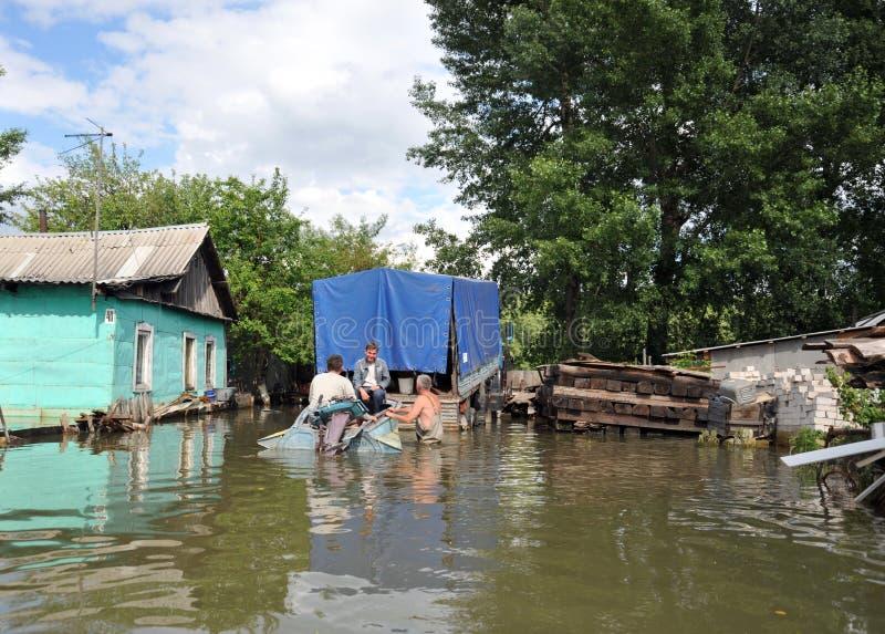 Les gens du pays se déplacent autour des rues en bateau Le fleuve Ob, qui est sorti des banques, a inondé les périphéries de la v images stock