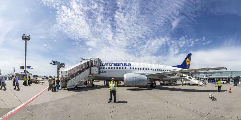 Les gens embarquent le vol de Lufthansa avec la position au tablier dû photographie stock libre de droits