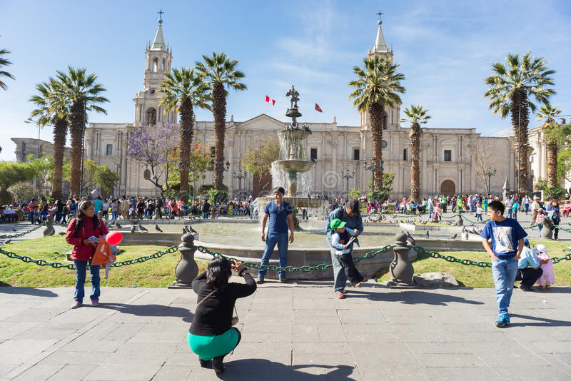 Les gens en Plaza de Armas, Arequipa, Pérou photo stock
