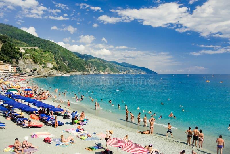 Les gens en vacances à la plage près de la mer photos libres de droits