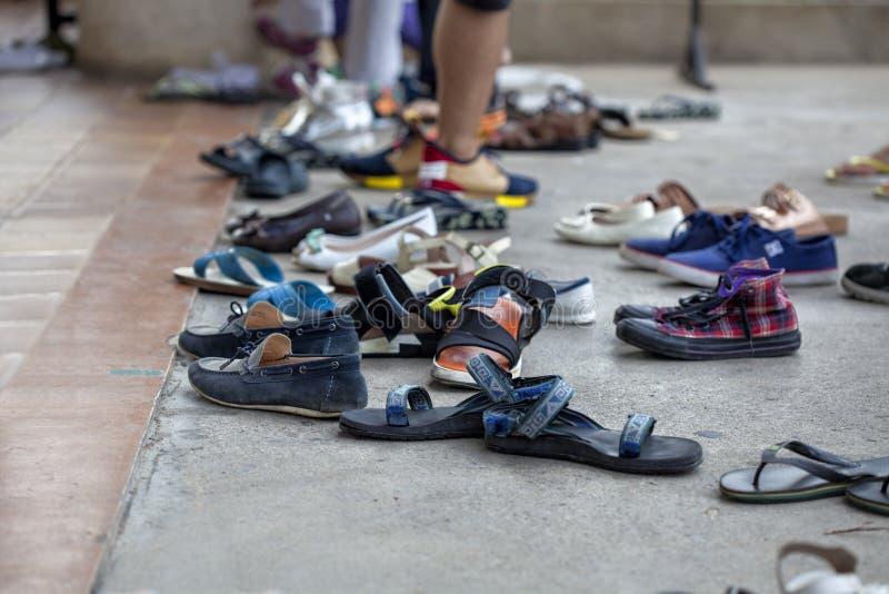 Les gens enlèvent leurs chaussures sur les étapes devant l'entrée à un temple célèbre photos stock