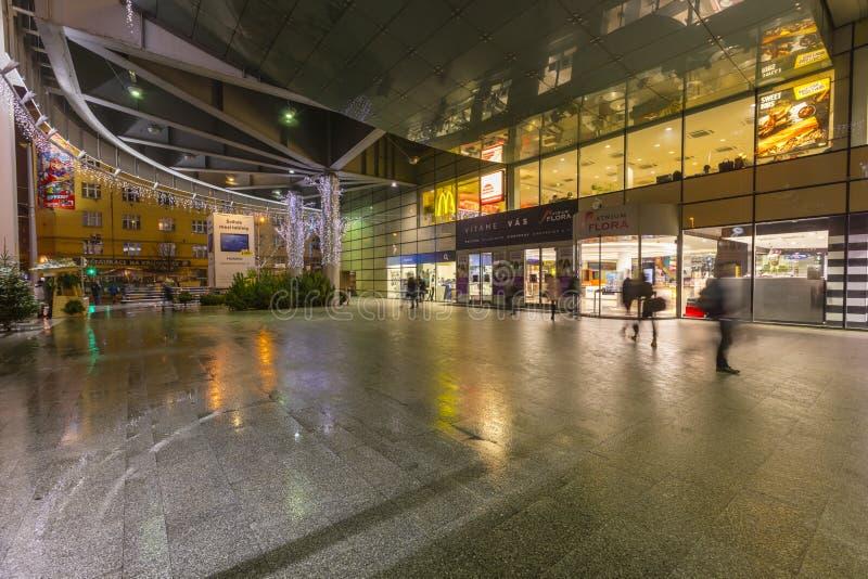 2017 : Les gens entrant et d'un grand centre commercial Flora à Prague pendant le temps de Noël photographie stock libre de droits