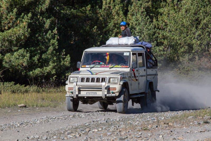 Les gens essayent d'atteindre leur destination, conduisant par la route de montagne sur le chemin de trekking d'Annapurna l'Himal images libres de droits
