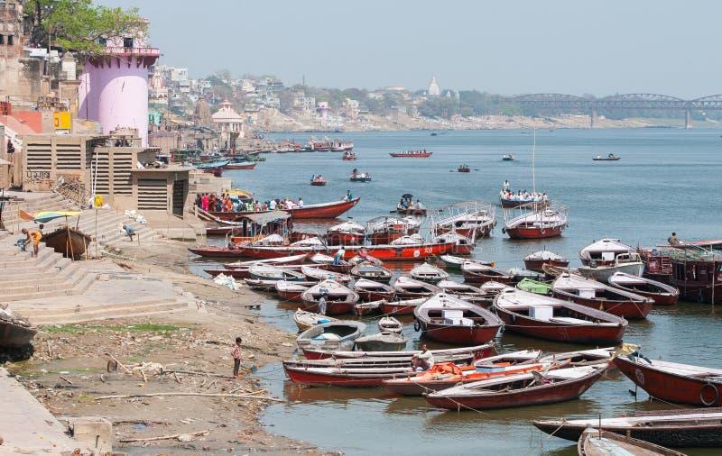Les gens et les bateaux chez le Gange photographie stock