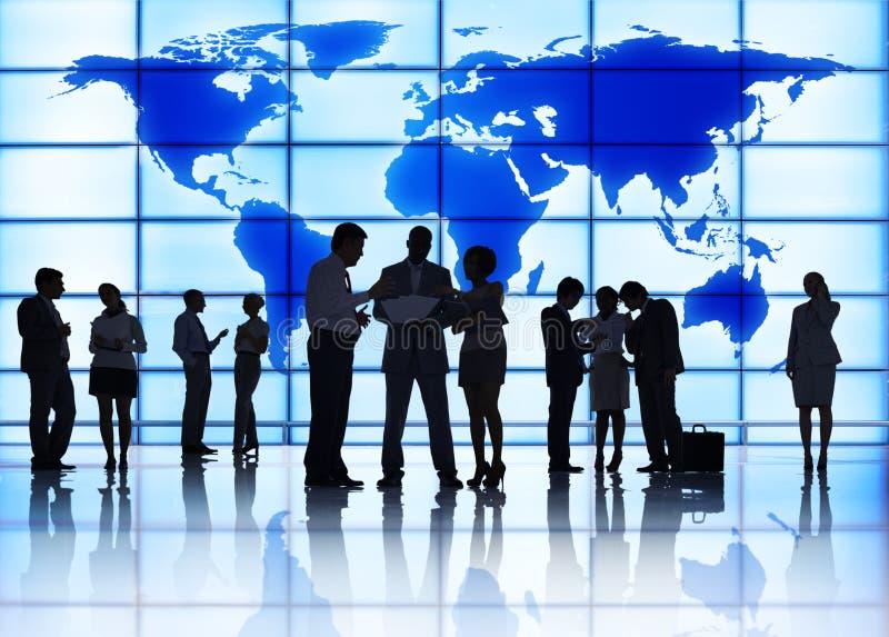 Les gens et la réunion d'affaires globale images stock