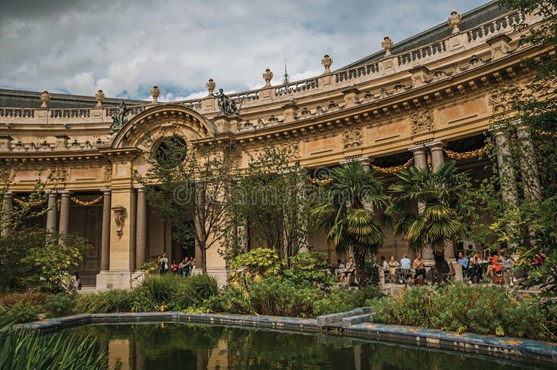 Les gens et le jardin s'accumulent dans la cour du Petit Palais à Paris photographie stock