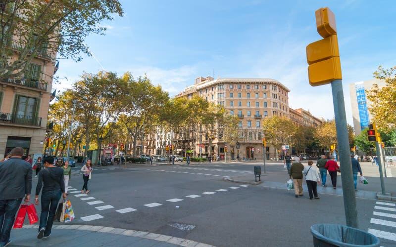 Les gens et le trafic dans les rues principales de Barcelone photographie stock libre de droits