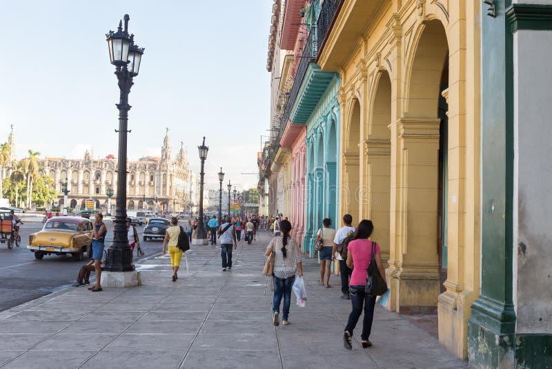 Les gens et le trafic dans une rue colorée à La Havane images libres de droits