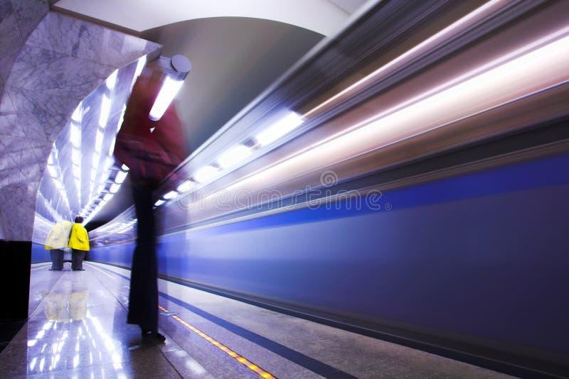 Les gens et le train rapide dans le souterrain photographie stock