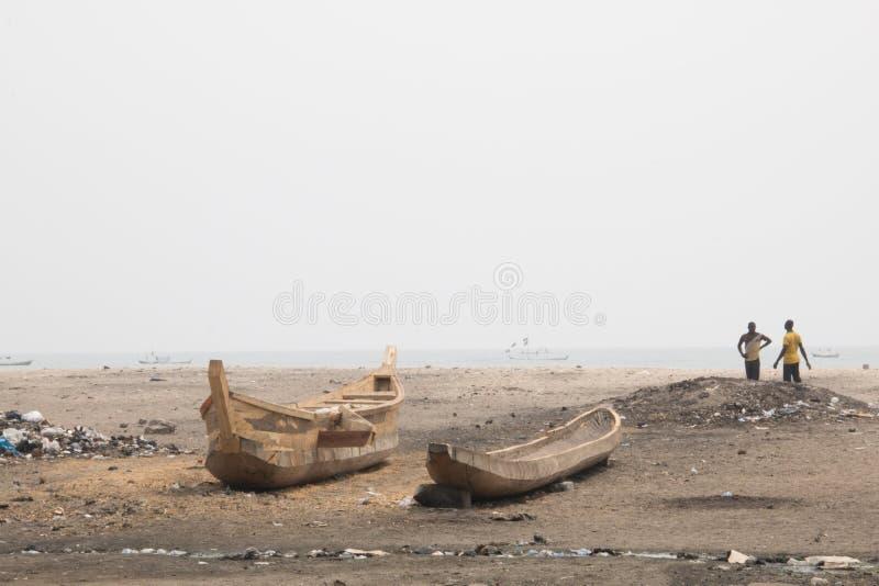 Les gens et les bateaux sur une plage dans Jamestown, Accra, Ghana images stock