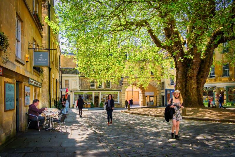 Les gens et les boutiques, cour, Bath Angleterre photo libre de droits