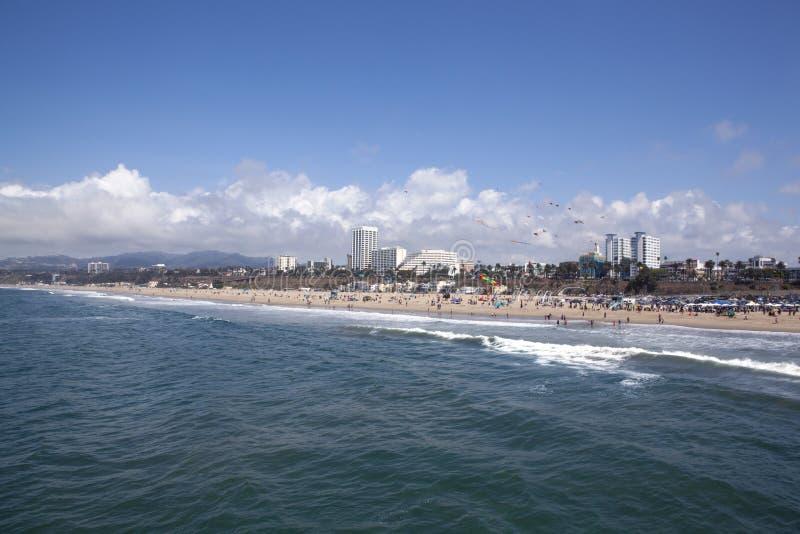 Les gens et les cerfs-volants chez Santa Monica Beach image stock