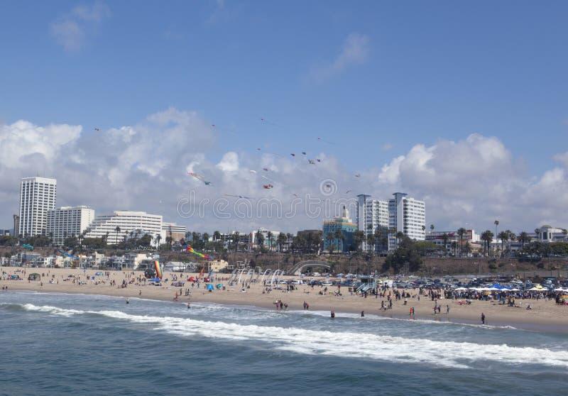 Les gens et les cerfs-volants chez Santa Monica Beach photos stock