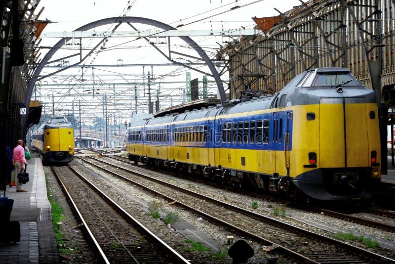 Les gens et les trains à la gare Utrecht, Hollande, Pays-Bas de la plate-forme NS photographie stock libre de droits