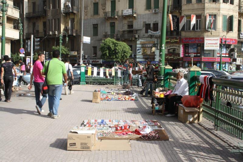 Les gens et les vendeurs à la place de tahrir, le Caire, Egypte images libres de droits