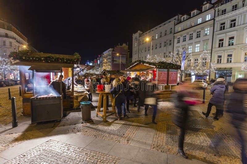 2017 - Les gens et les touristes visitant les marchés de Noël chez Wenceslas ajustent à Prague photos libres de droits