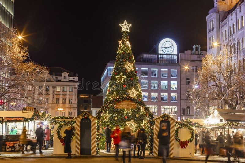 2017 - Les gens et les touristes visitant les marchés de Noël chez Wenceslas ajustent à Prague images stock