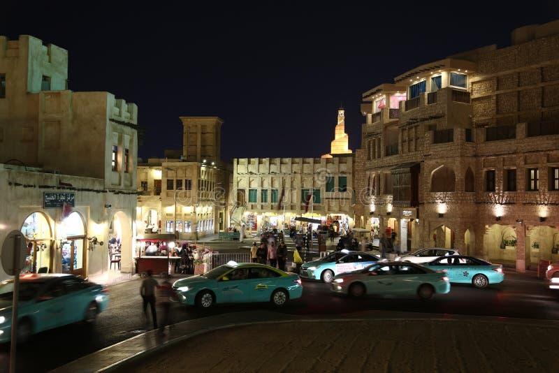 Les gens et les voitures chez Souq Waqif - bazar oriental dans Doha, Qatar image stock