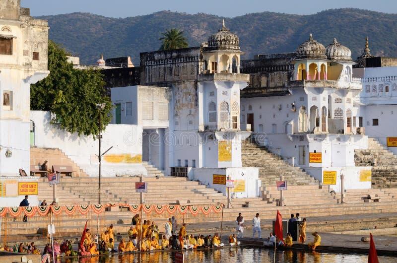 Les gens exécutent le puja - helds rituels de cérémonie chaque matin et soirée au lac saint dans Pushkar, Inde photos stock