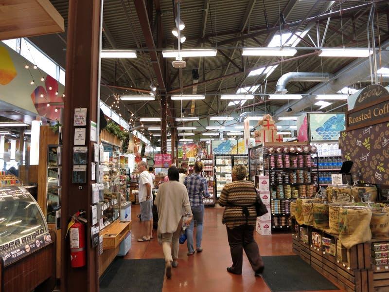 Les gens explorent le marché entier intérieur de nourriture de Kahala photos stock