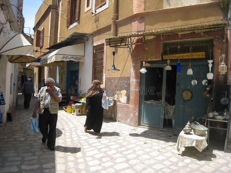 Les gens faisant des emplettes chez le Souk. Bizerte. Tunisie image stock