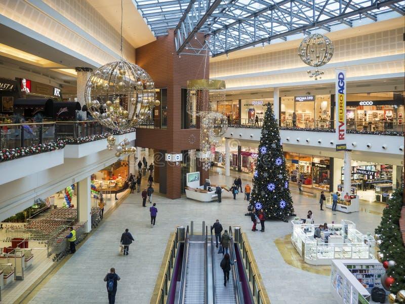 Les gens faisant des emplettes dans l'hypermarché à Cracovie, Pologne images stock