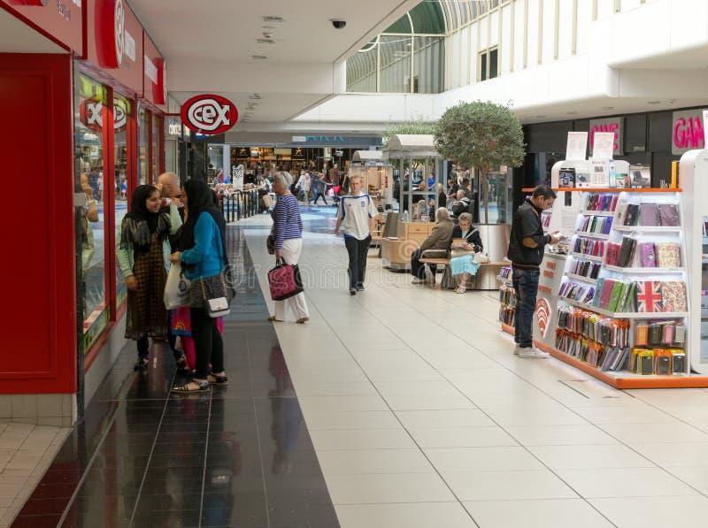 Les gens faisant des emplettes dans la ville de Chelmsford photo stock