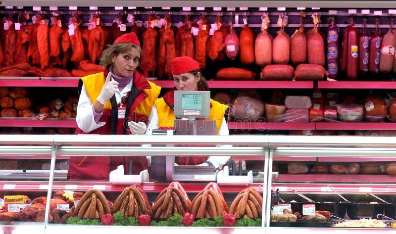 Les gens faisant des emplettes dans le magasin de supermarché photos stock