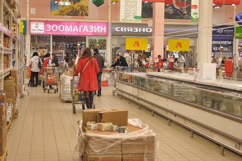 Les gens faisant des emplettes dans le magasin de supermarché photos libres de droits