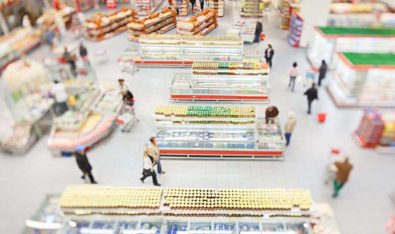 Les gens faisant des emplettes dans un grand supermarché images libres de droits