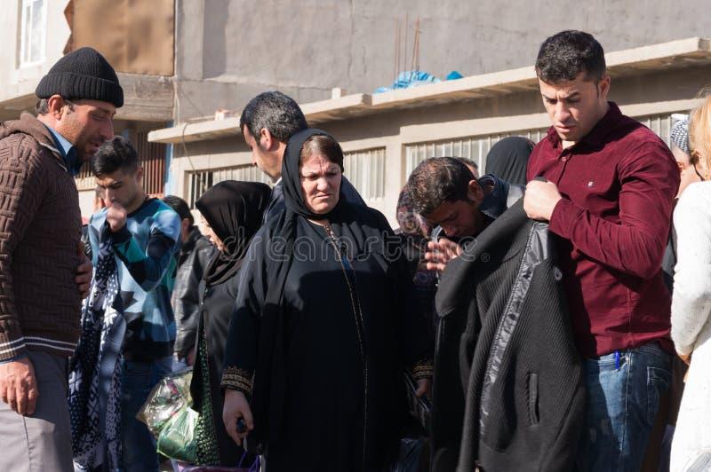 Les gens faisant des emplettes pour des vêtements en Irak photo libre de droits